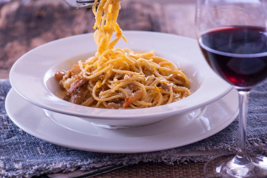 Espaguete à carbonara: finalizado com lâminas de gema curada