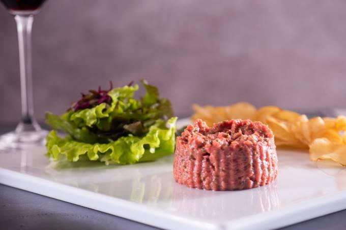 Steak tartare com chips de batata – LA VARENNE – CURITIBA
