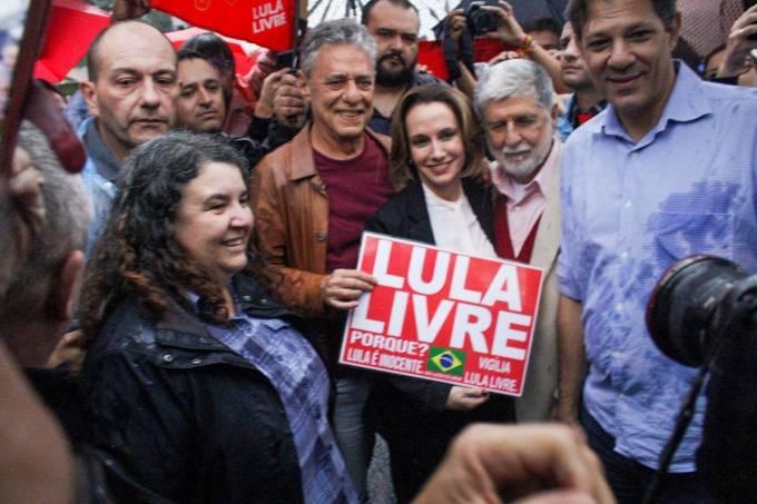 Chico Buarque visita Lula na superintendência da PF em Curitiba