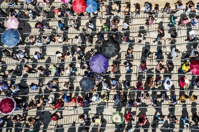 Milhares de pessoas formam filas no Vale do Anhangabaú, no centro de São Paulo, para garantir lugar em um mutirão de emprego realizado pela União Geral dos Trabalhadores