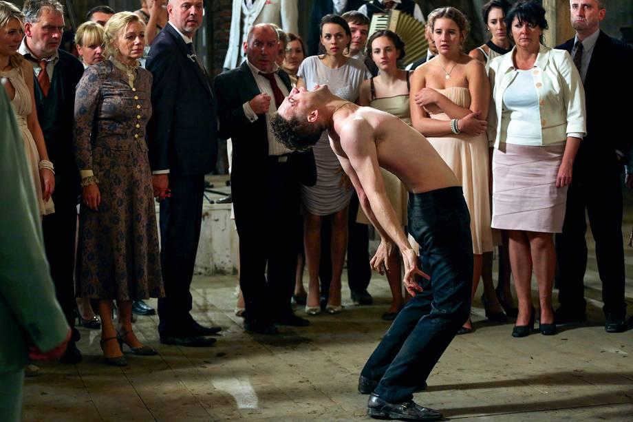 DEMON (2015) - Em um casamento no interior da Polônia, o noivo é possuído por um dybukk — um fantasma do folclore judaico. Holocausto e negação discutidos por um viés sobrenatural