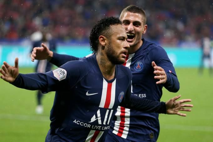 Neymar comemora com Marco Verrati o gol da vitória sobre o Lyon