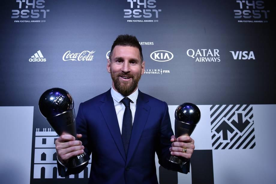 Lionel Messi com os prêmios de melhor jogador do mundo e o de seleção do ano