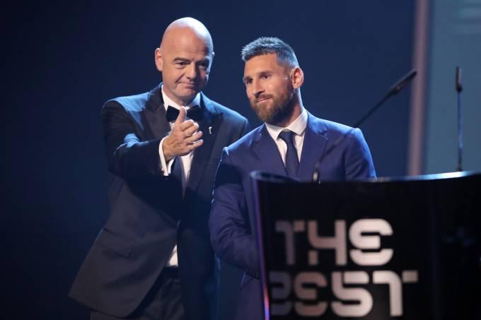 Lionel Messi recebeu o troféu Fifa The Best de Gianni Infantino, em Milão