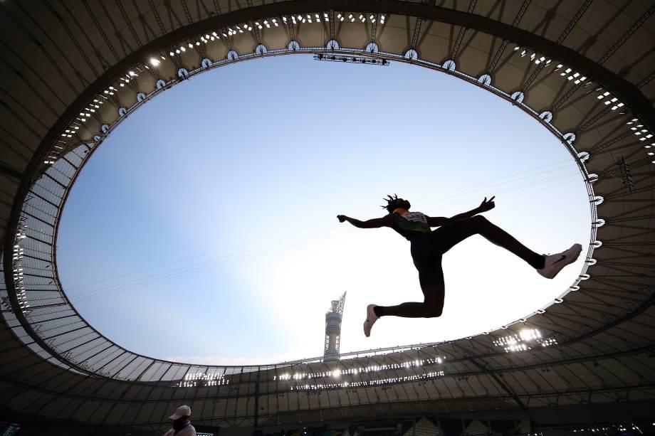 Tajay Gayle, da Jamaica, compete na qualificação de Salto em Distância Masculino, em Doha, no Catar
