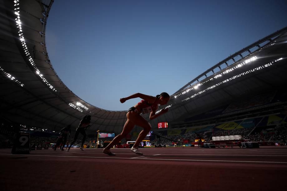 Selina Buchel, da Suíça, competindo nas eliminatórias para 800 metros feminino durante o primeiro dia do Campeonato Mundial de Atletismo, em Doha, no Catar