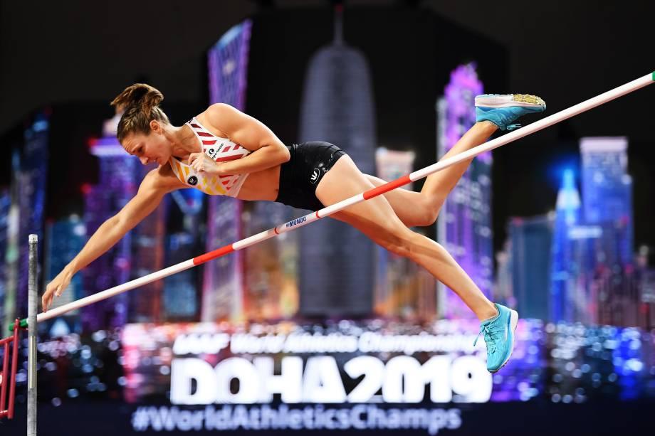 Fanny Smets, da Bélgica, competindo na qualificação do salto com vara feminino durante o primeiro dia do Campeonato Mundial de Atletismo, em Doha, no Catar