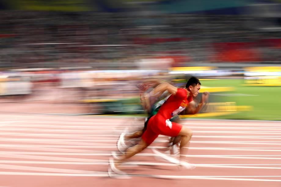 Zhouzheng Xu, da China, e outros competem nas eliminatórias dos 100 metros masculinos, em Doha, no Catar