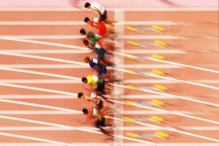 Prova de 100 metros masculinos aquece o primeiro dia do 17º Campeonato Mundial de Atletismo, no Estádio Internacional Khalifa