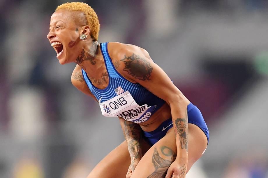 Inika Mcpherson, dos Estados Unidos, vibra ao competir na qualificação de salto em altura feminino, em Doha, no Catar