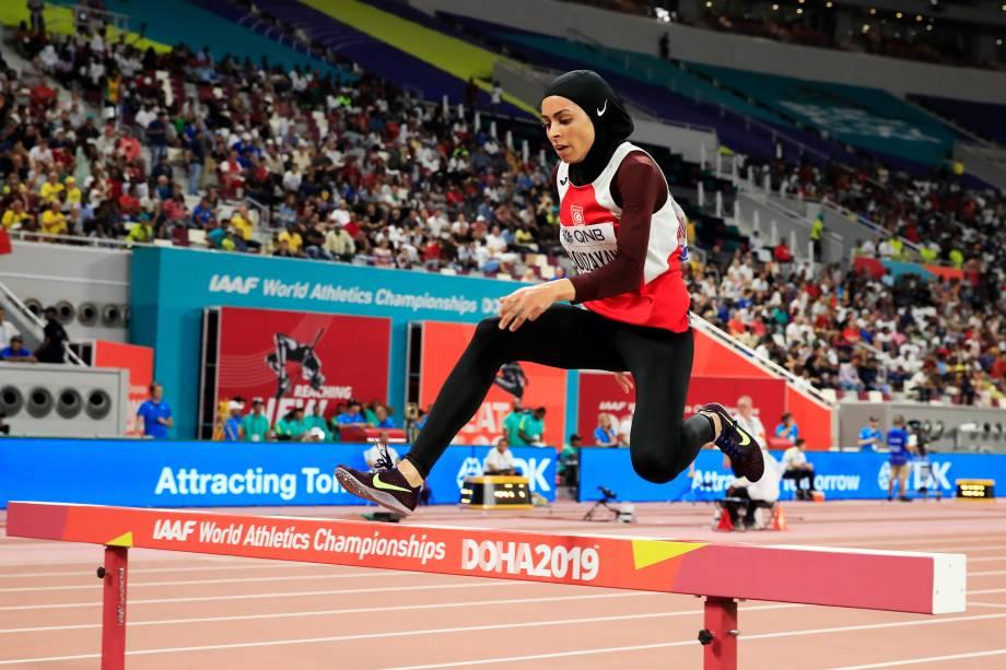 Marwa Bouzayani, da Tunísia, competindo nos 3000 metros com obstáculos para mulheres, em Doha, no Catar