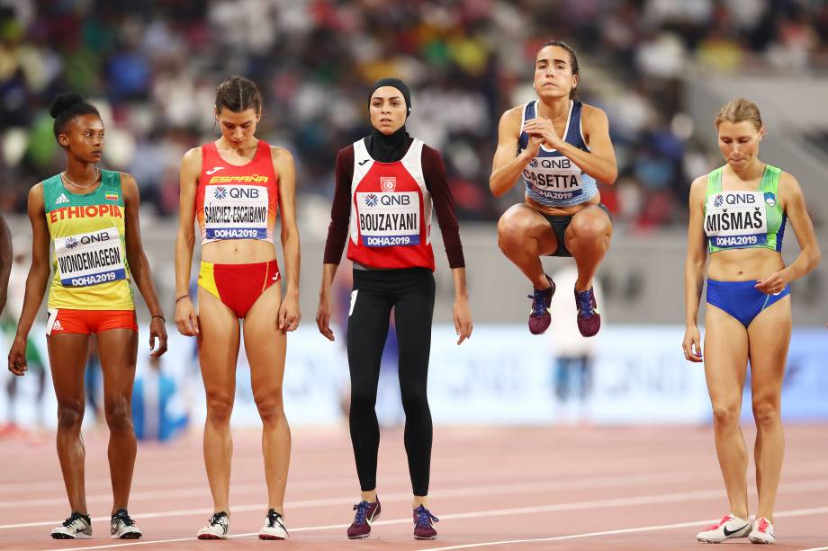Belen Casetta, da Argentina, salta antes de competir nos 3000 metros com obstáculos para mulheres