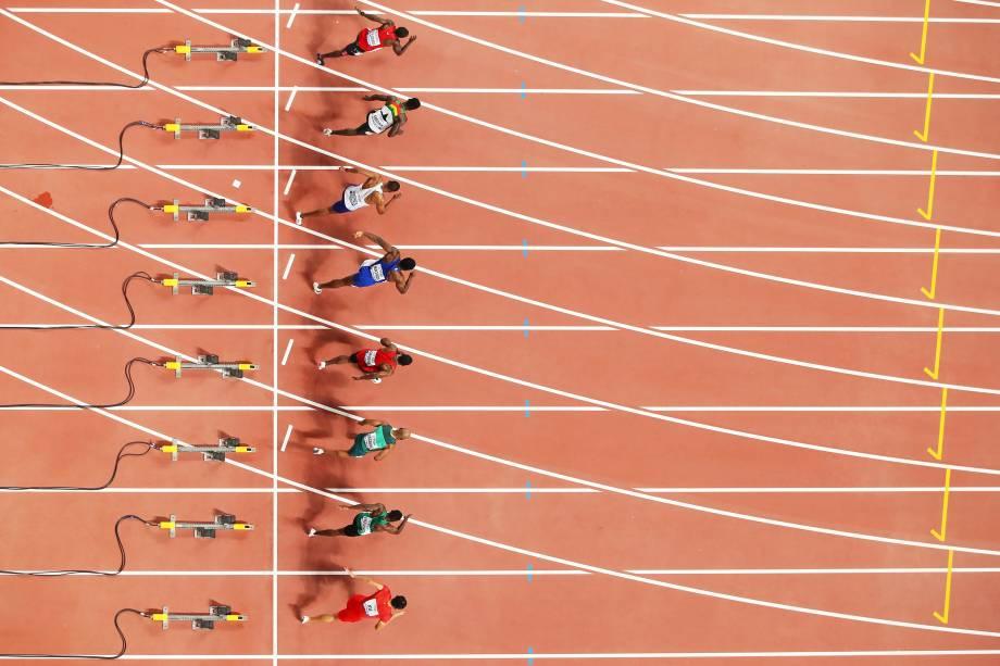 Uma visão geral do Heat 3 começa nos 100 metros masculinos aquecidos durante o primeiro dia do Campeonato Mundial de Atletismo, no Estádio Internacional Khalifa,