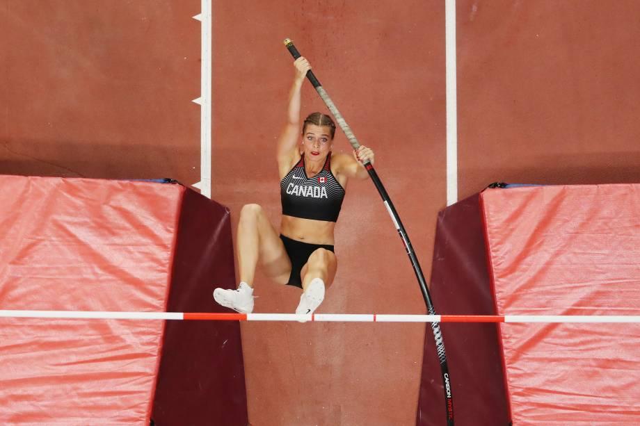 Alysha Newman, do Canadá, compete na qualificação do salto com vara feminino durante o primeiro dia do Campeonato Mundial de Atletismo, no Estádio Internacional Khalifa, em Doha, no Catar