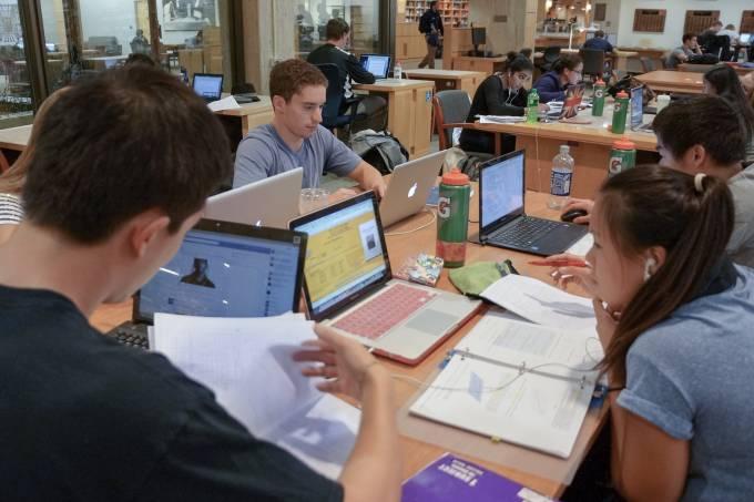 Jovens estudam em biblioteca