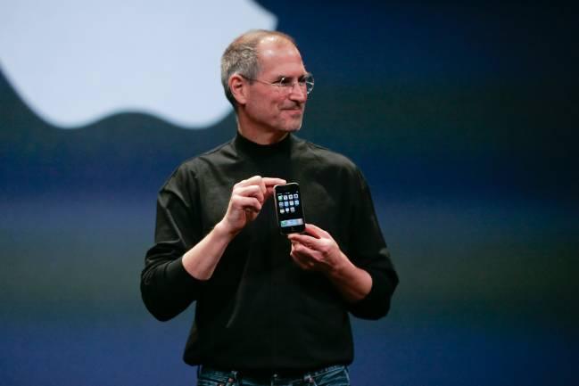 O então CEO da Apple, Steve Jobs com o primeiro IPhone, em 2007
