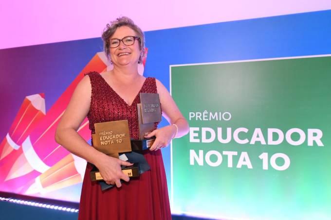 Joice Lanb com o Prêmio Educador do Ano de 2019 na Casa São Paulo
