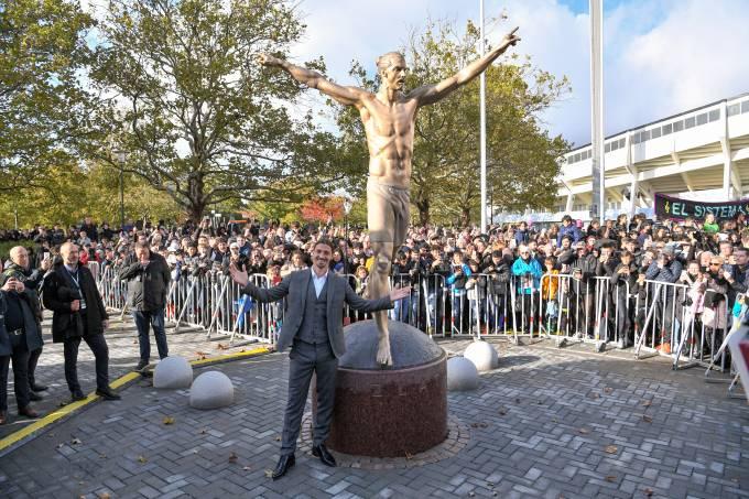 Zlatan Ibrahimovic inaugura estátua em Malmo, na Suécia