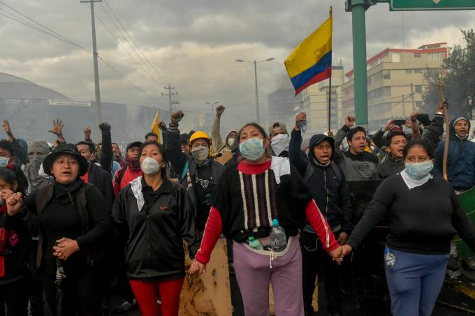 Manifestantes protestam em frente à Casa de la Cultura, em Quito, Equador