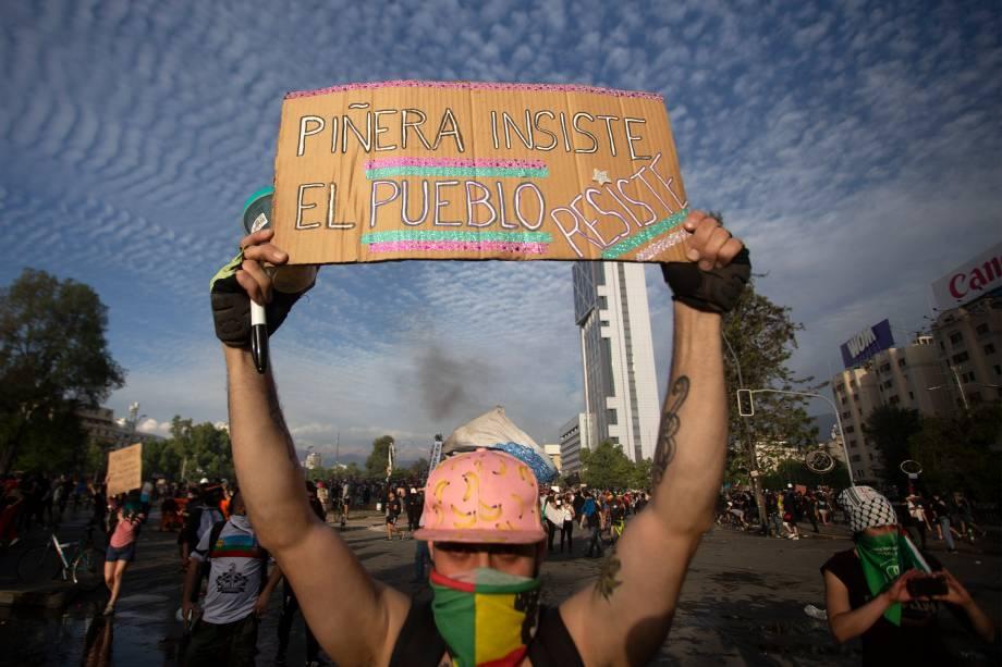 Manifestante em protesto contra o governo em Santiago, Chile - 22/10/2019