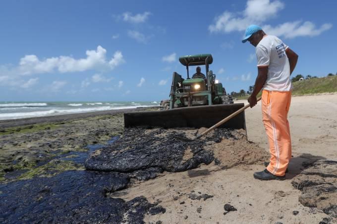 Manchas de petróleo derramado na praia de Lagoa do Pau, em Coruripe (AL)