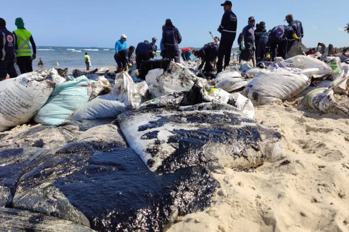 Óleo é encontraco em praia de Cabo de Santo Agostinho em Pernambuco