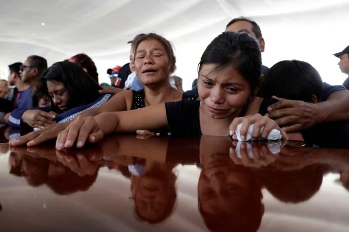 Familiares comparecem a enterro de policial morto em troca de tiros no México