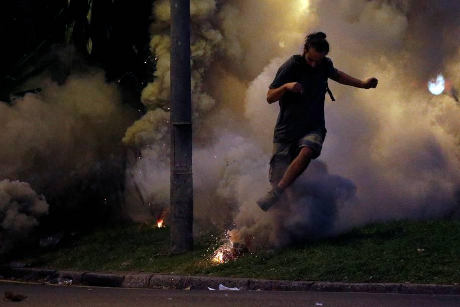A polícia utilizou bombas de gás lacrimogênio para dispersar os manifestantes - 18/10/2019