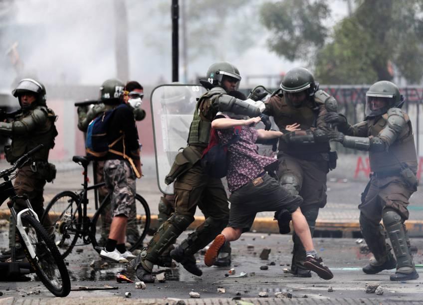 Manifestante é detido pela polícia em protesto no Chile - 23/10/2019