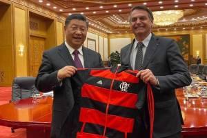 Xi-Jinping e Jair Bolsonaro com agasalho do Flamengo em Pequim