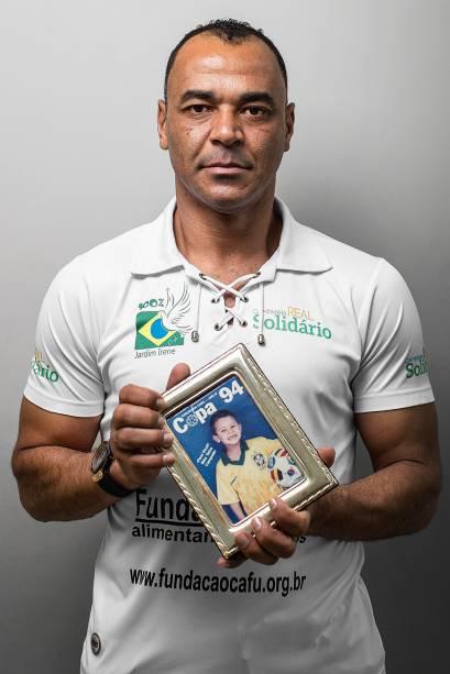 Cafu com um retrato do filho Danilo, morto em 2019, de ataque cardíaco