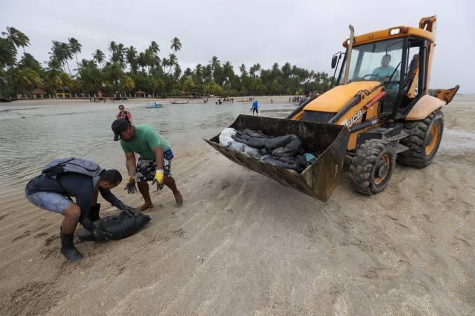Retirada de óleo que atingiu a praia de Carneiros (PE)
