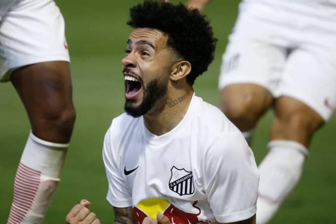 Claudinho, atacante do Red Bull, celebra gol na Série B