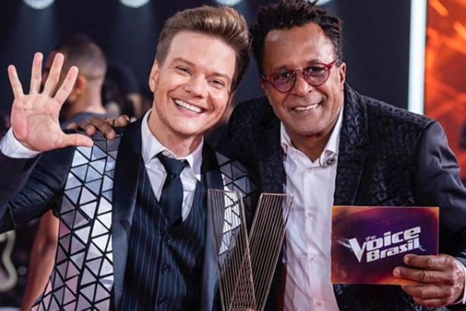 Michel Teló ao lado de Tony Gordon, vencedor da oitava temporada do 'The Voice Brasil'