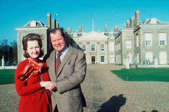 Raine Spencer e o pai da princesa Diana, Earl Spencer em frente a mansão Althorp