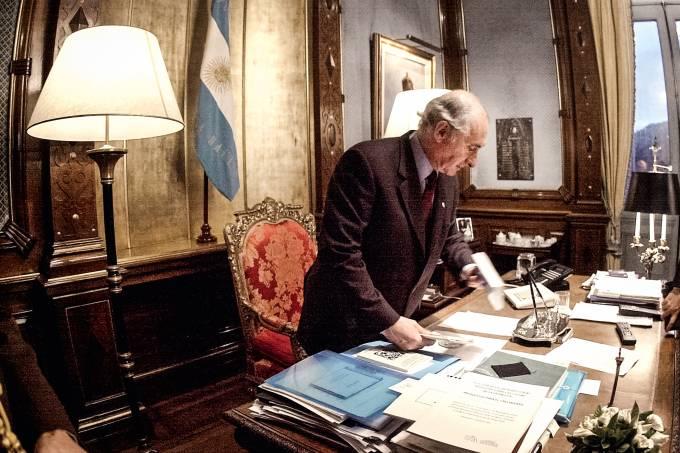 ARGENTINA-DE LA RUA-RESIGNS-CLEARS DESK