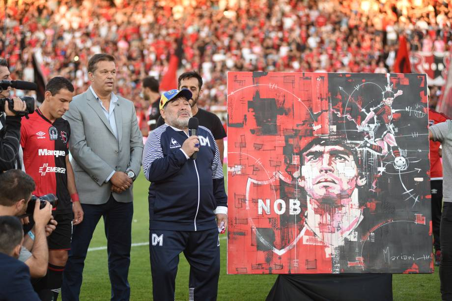 Maradona fala ao público após receber um quadro em homenagem a sua passagem pelo Newell's Old Boys