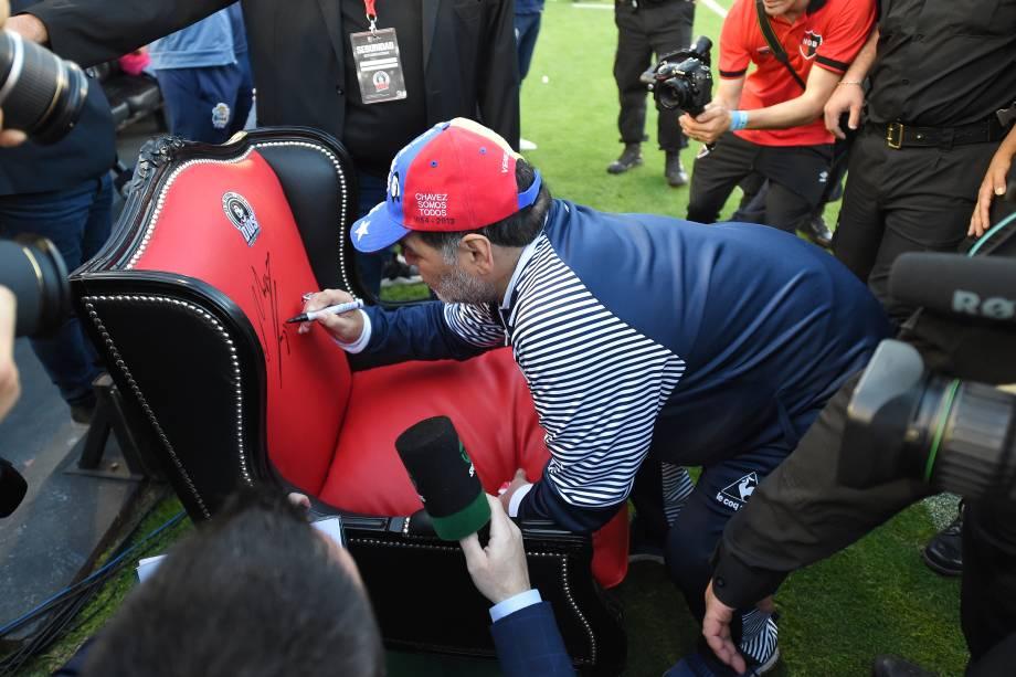 Diego Maradona autografa trono feito em sua homenagem