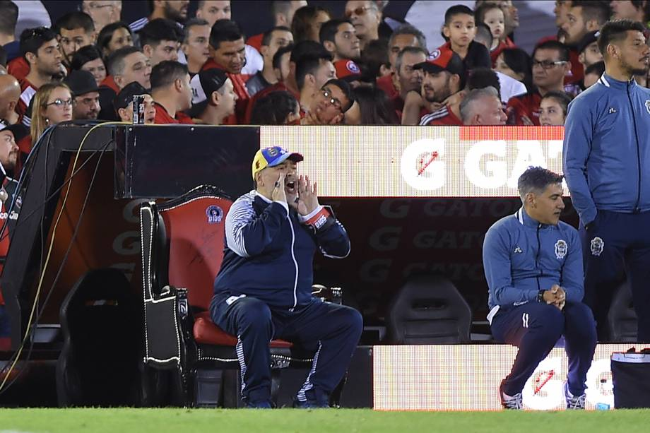 Maradona ordenando o time durante partida contra o Newell's Old Boys -