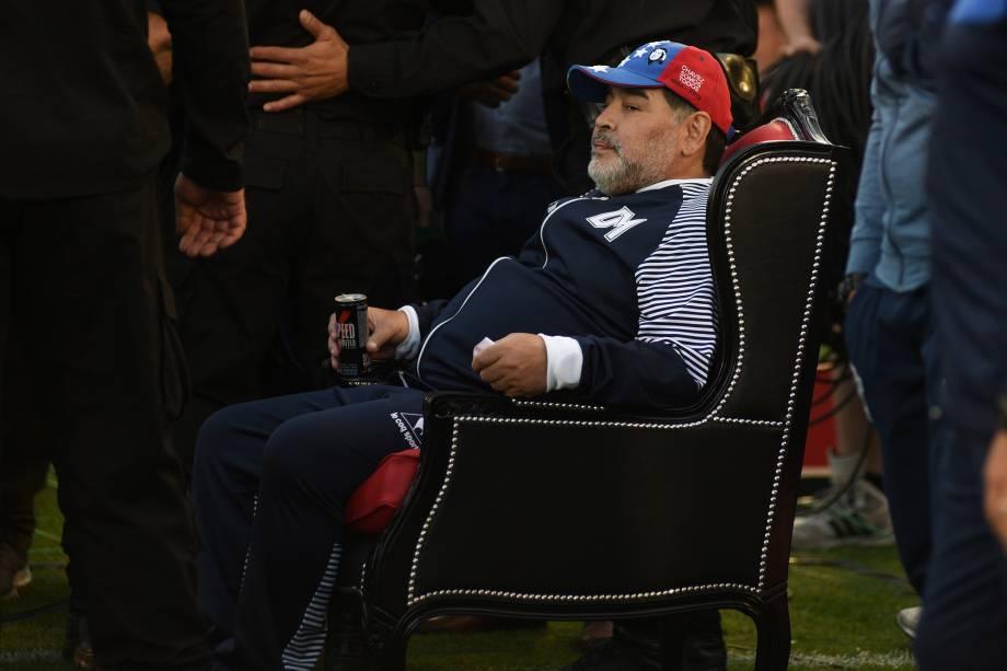 Maradona esperando o ínicio da partida entre o seu time, o Gimnasia y Esgrima La Plata, contra o Newell's Old Boys, em Rosario