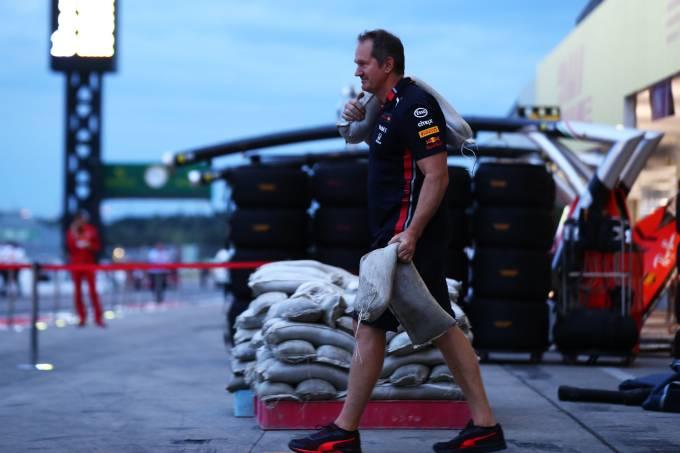 Funcionário da Red Bull recolhe equipamento após treino em Suzuka