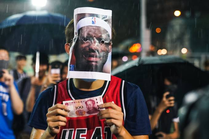 Jovem usa máscara e camisa de Lebron James durante protesto contra o governo chinês em Kong Kong
