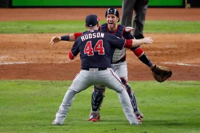 Yan Gomes (de frente) abraça Daniel Hudson na vitória que deu o título ao Nationals na MLB