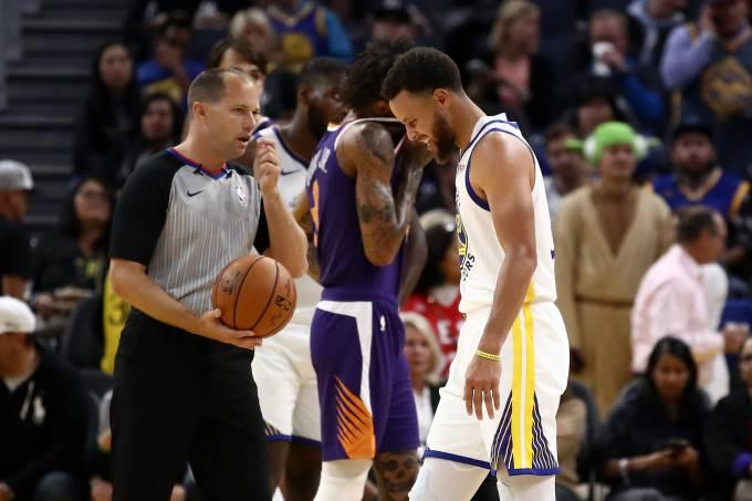 Stephen Curry jogou pouco mais de 20 minutos diante do Phoenix Suns