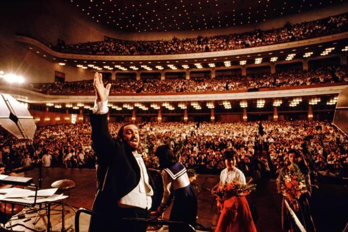 Pavarotti Performs
