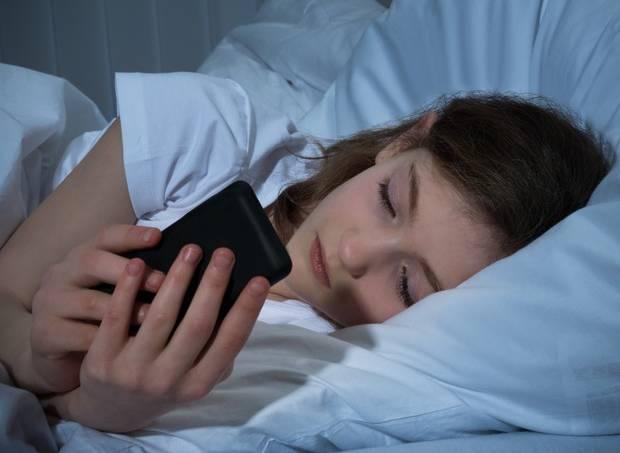 menina-celular-cama
