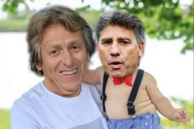 Meme mostra o técnico Jorge Jesus segurando Renato Gaúcho no colo