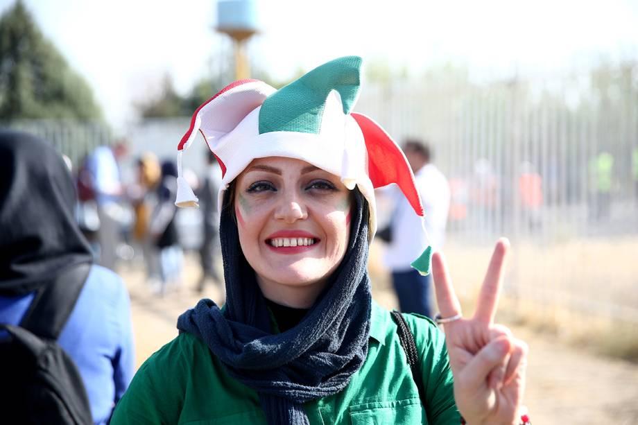 Torcedora iraniana chega ao estádio Azadi, em Teerã, para acompanhar a partida da seleção local contra o time do Cambodja