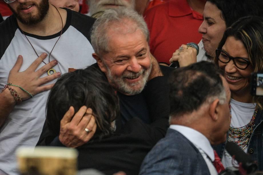 Lula é recebido por apoiadores após ser solto, em Curitiba