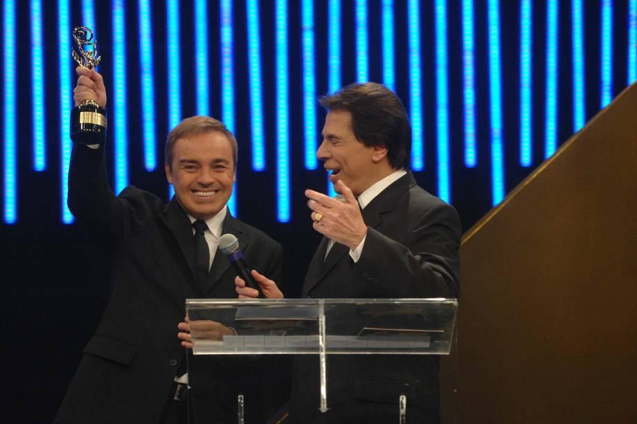 Gugu Liberato, vencedor na categoria Melhor Programa de Auditório 2004, e Silvio Santos na cerimônia de entrega da 50 edição do Troféu Imprensa, no SBT